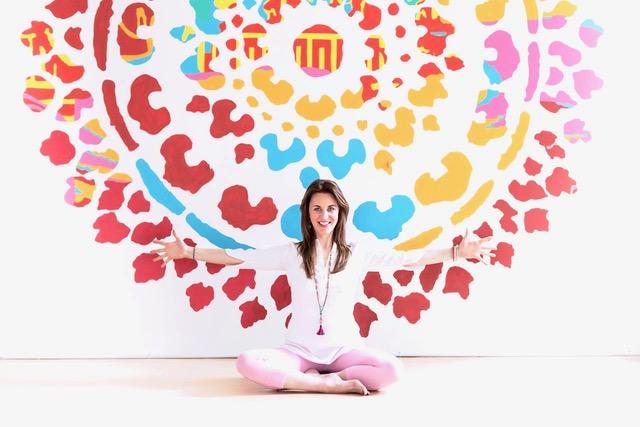 Andrina - Als Gründerin von Wholelicious verbindet Andrina Yoga mit Ernährung, Lifestylepraktiken und ätherischen Ölen. Sie arbeitet als Coach und ist eine zertifizierte Yogalehrerin unter anderem mit Aus- und Weiterbildungen beim Semperviva Yoga College in Vancouver, Golden Bridge Yoga in Rishikesh/Indien und beim Institute for Integrative Nutrition in New York. Auf Cats and Cows präsentiert sie aktivierende Yogasequenzen auf Englisch und Deutsch.