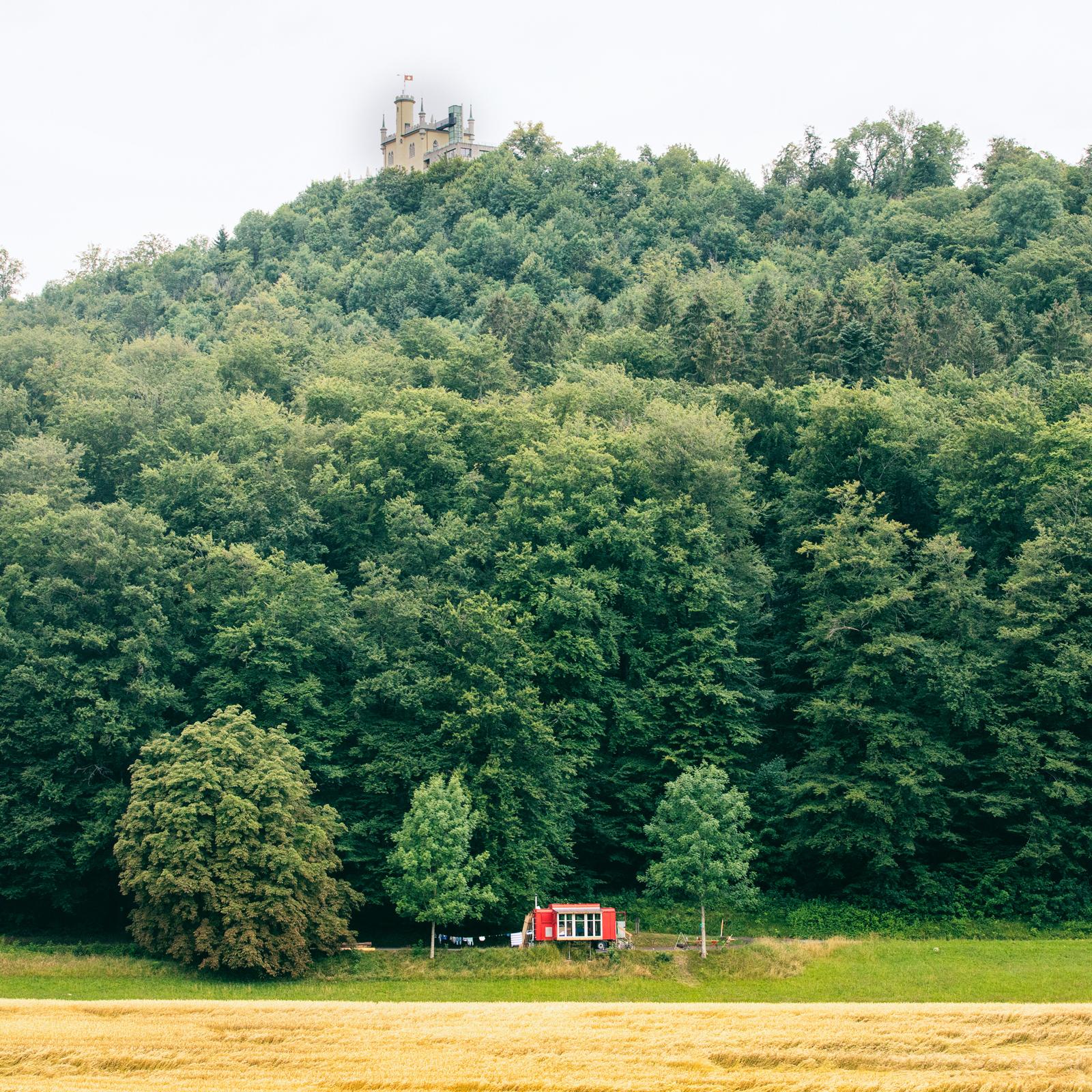 - Der künstlerische Erlebnisrundgang führt durch Feld und Wald im Gebiet der Warbighöfe zwischen Engelberg und Starrkirch-Wil. Der Rundgang startet und endet hier. Geführt durch einen Audioguide findest du an verschiedenen Stationen einzigartige visuelle und akustische Beiträge. Du erlebst eine überraschende, fiktive Geschichte, die die Gegebenheiten vor Ort und die Natur mit einbezieht.