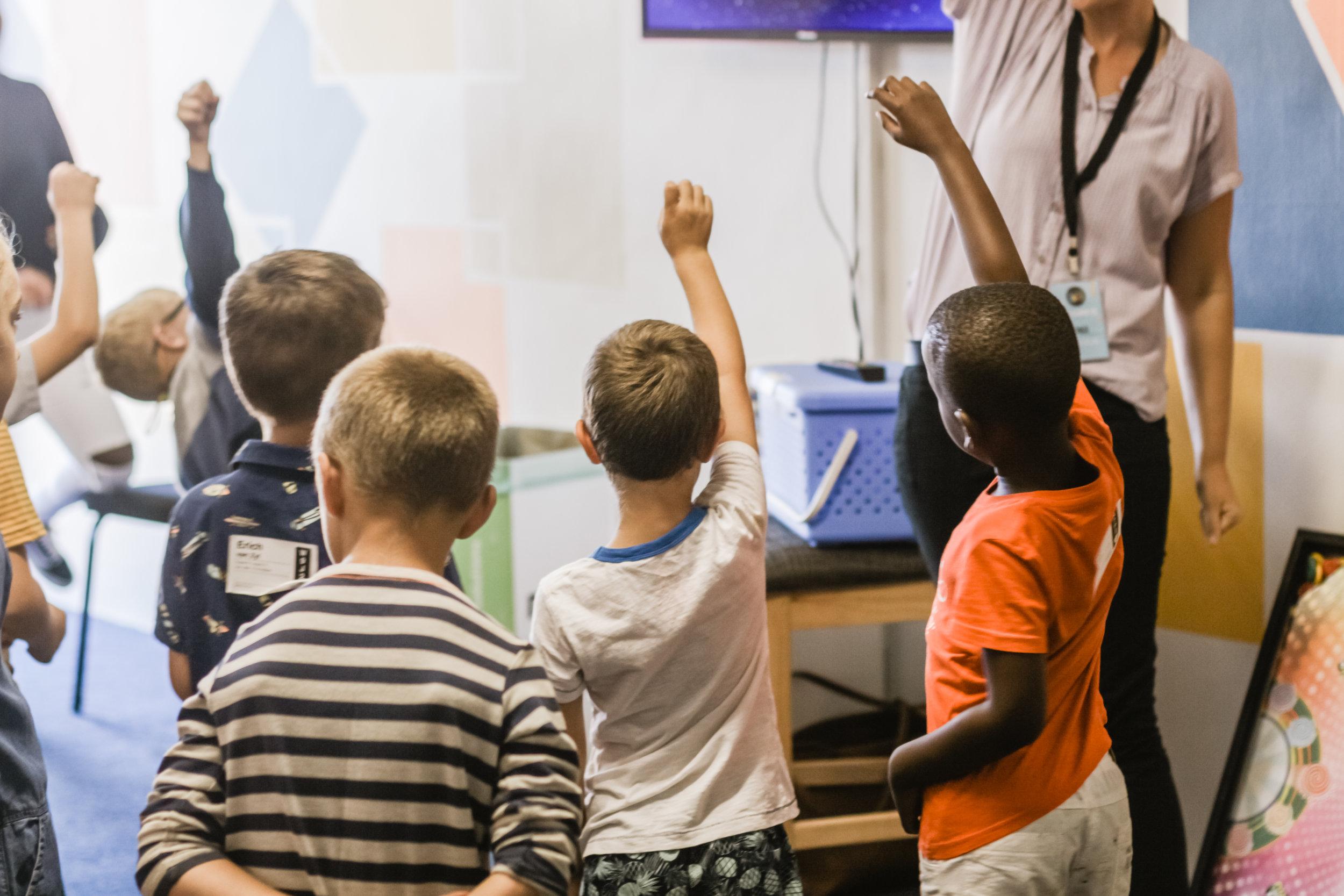 Elever i grunnskolen - Mobbeombudet gir råd og veiledning til barn, ungdom, foreldre og skoler slik at elevens rett til et trygt og godt skolemiljø ivaretas.Regelverk: Barnekonvensjonen, Opplæringslovens kap.9AAlle elevar har rett til eit trygt og godt skolemiljø som fremjar helse, trivsel og læring. Når ein elev seier at skolemiljøet ikkje er trygt og godt, skal skolen så langt det finst eigna tiltak sørgje for at eleven får eit trygt og godt skolemiljø. (Utdrag fra Opplæringsloven kap.9A)