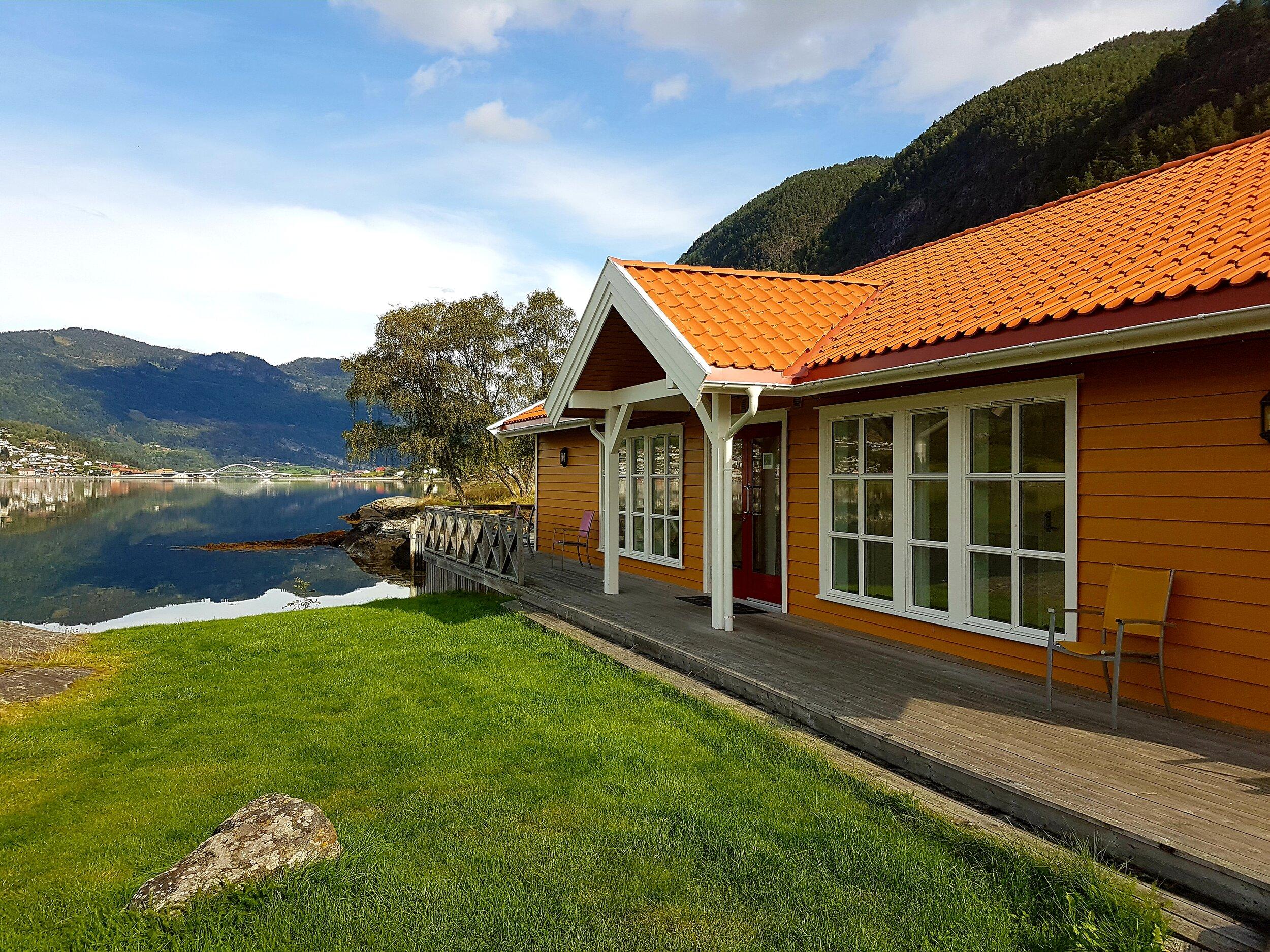 Kjørnes Camping Sanitærbygg mot Sogndal.jpg