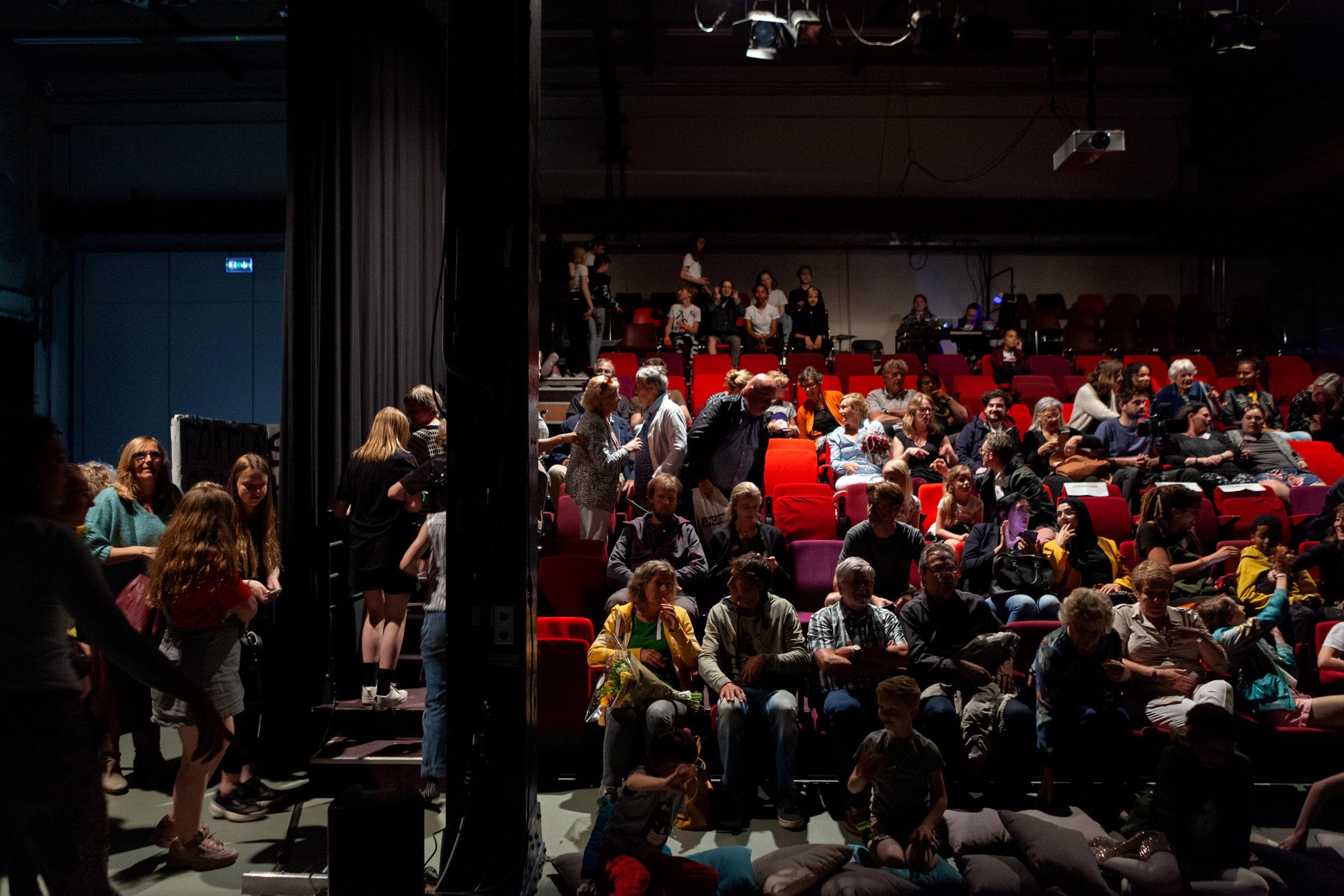 locatie - De voorstellingen van DAT! Theater vinden plaats in dezelfde zaal als de eindvoorstellingen van de cursussen van de jeugdtheaterschool, in de grote theaterzaal van onze buren Dansmakers. Adres: Gedempt Hamerkanaal 203.