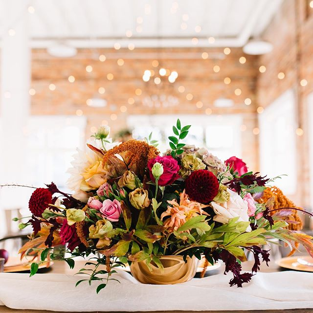 Is it FALL yet?! 🦃  Here's some inspiration for your Friday. 👀  Who loves this look & color scheme --  Comment below your favorite picture! ———————————————————————— Flower Arrangement by: @labellefleurut  #weddingflowers #utahwedding #weddingvenue #weddinginspiration #bridetobe2019 #utahbrides #fridaymood #fridaymotivation #fallinspiration #falldecor