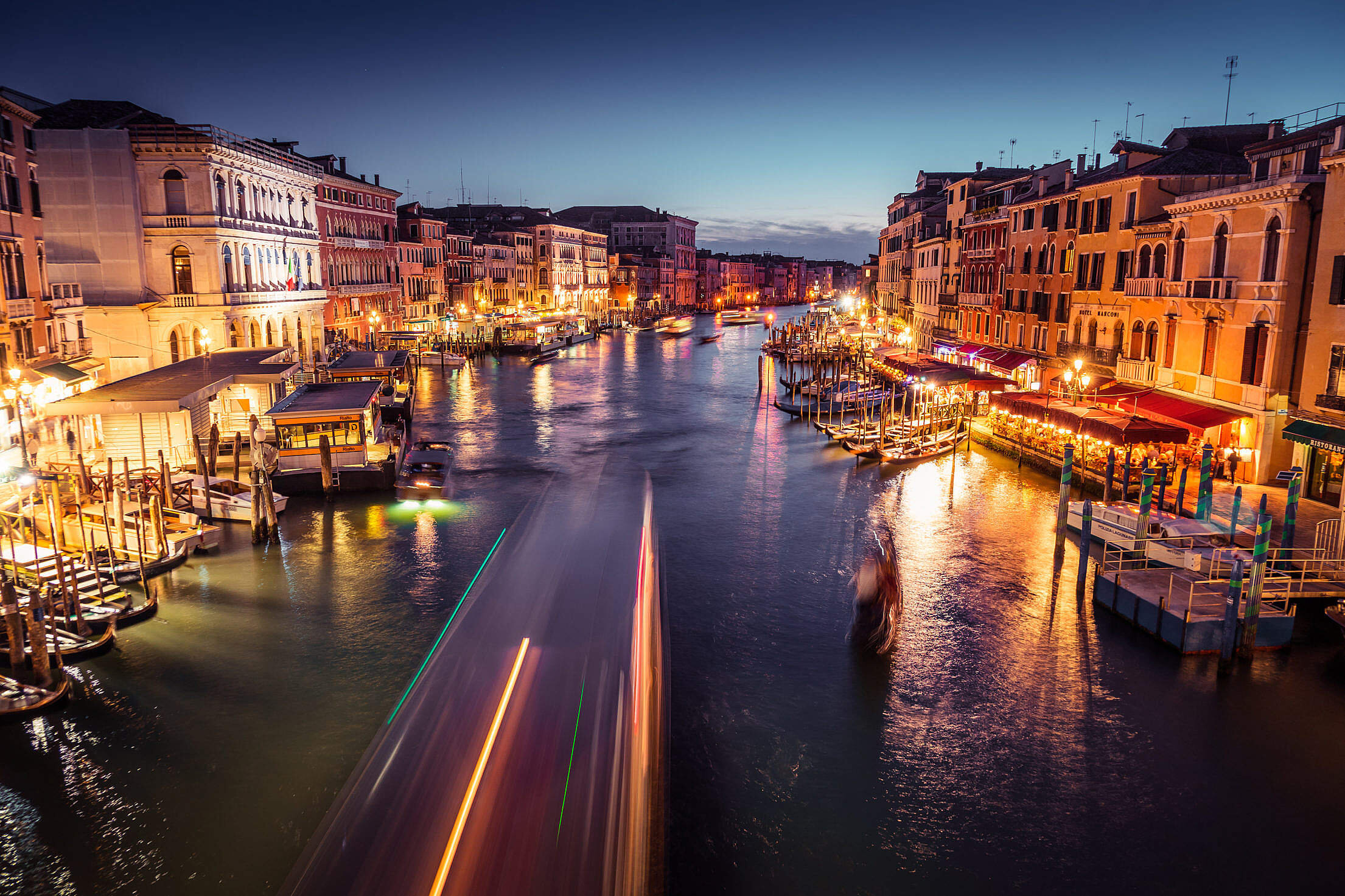 venice-canal-grande-at-night-2210x1473[1].jpg