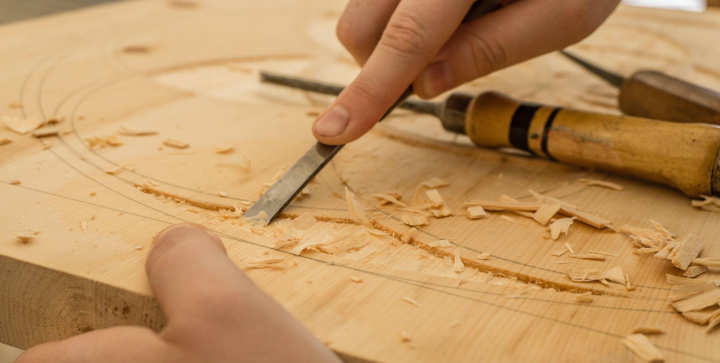 - Die Herstellung unserer Möbel findet unter maschinengestützter Handarbeit statt. Nach jedem Fertigungsschritt wird per Hand nachgearbeitet und sichergestellt, dass alles perfekt ist.