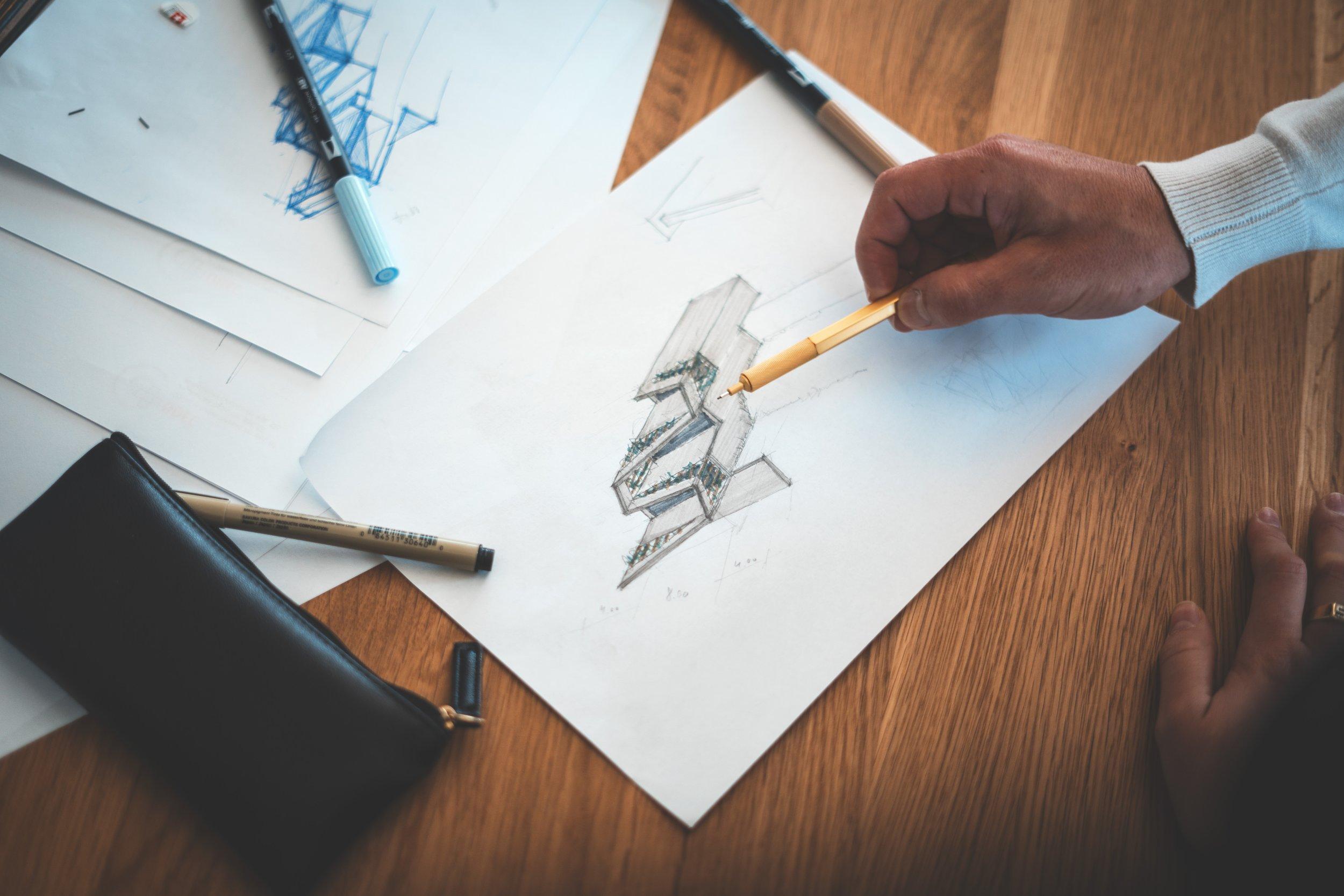 - Zu Beginn unserer Arbeiten steht eine Besichtigung des Raumes. Dabei werden die Gegebenheiten angesehen, Vorstellungen und Anforderungen diskutiert und eine erste Absprache vorgenommen. Darauf basierend werden per Hand Zeichnungen erstellt - kein Computer kann Design so klar widerspiegeln und präsentieren. Diese werden dann gemeinsam diskutiert und das finale Design bestimmt.