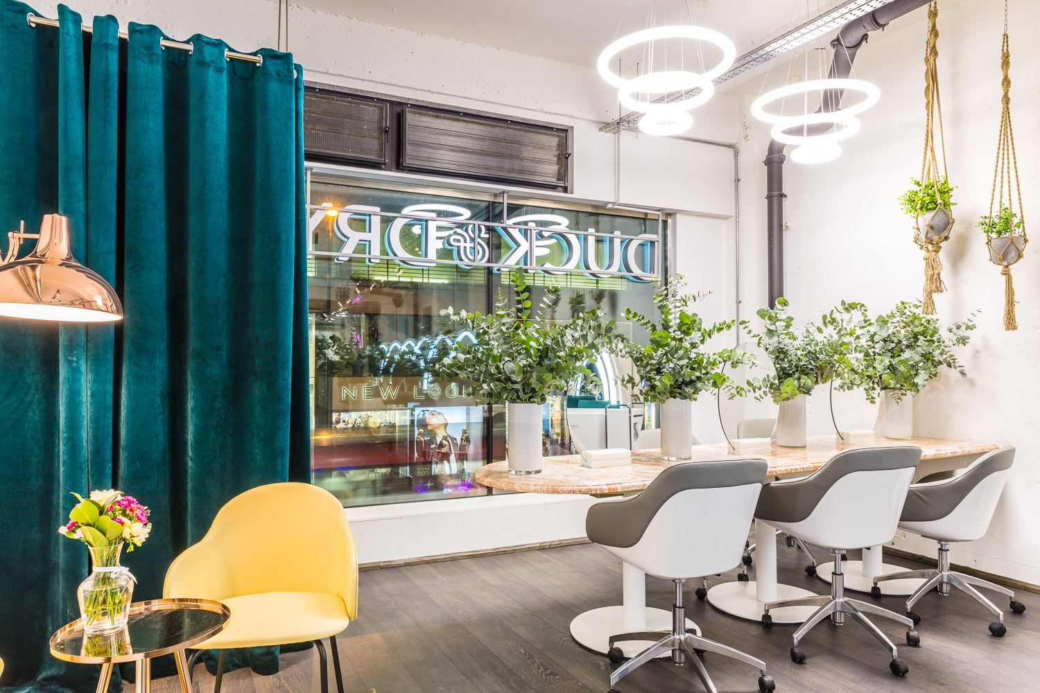 Duck & Dry - Duck & Dry is the brand behind the finest blow dries and updos in London. It's cool girl interior makes it the perfect place to relax and grab a processcco in. Duck & Dry has 5 London spaces as well as a brow and lash bar.