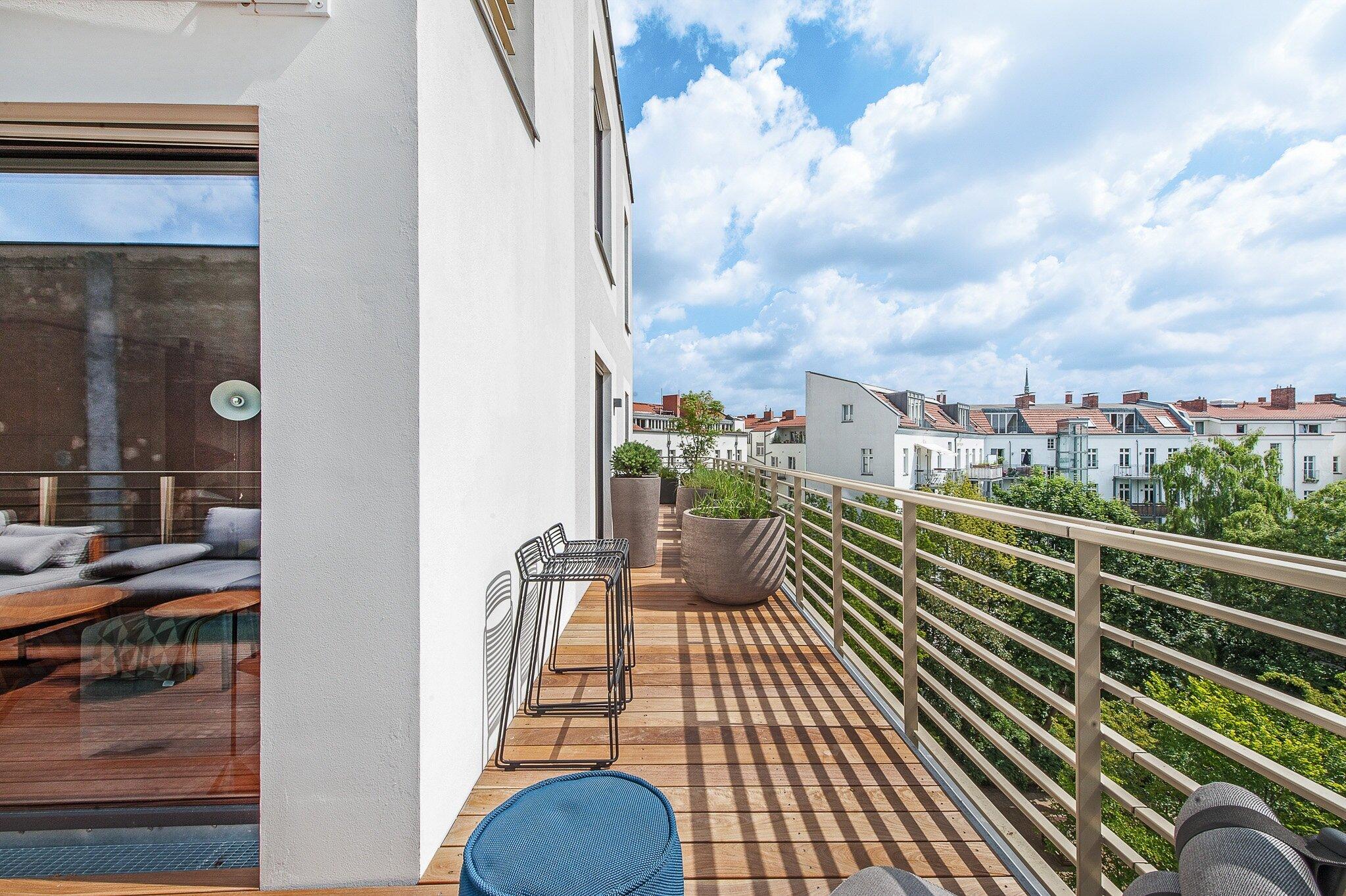 Blick vom Balkon des Apartments über die umliegenden Häuserdächer