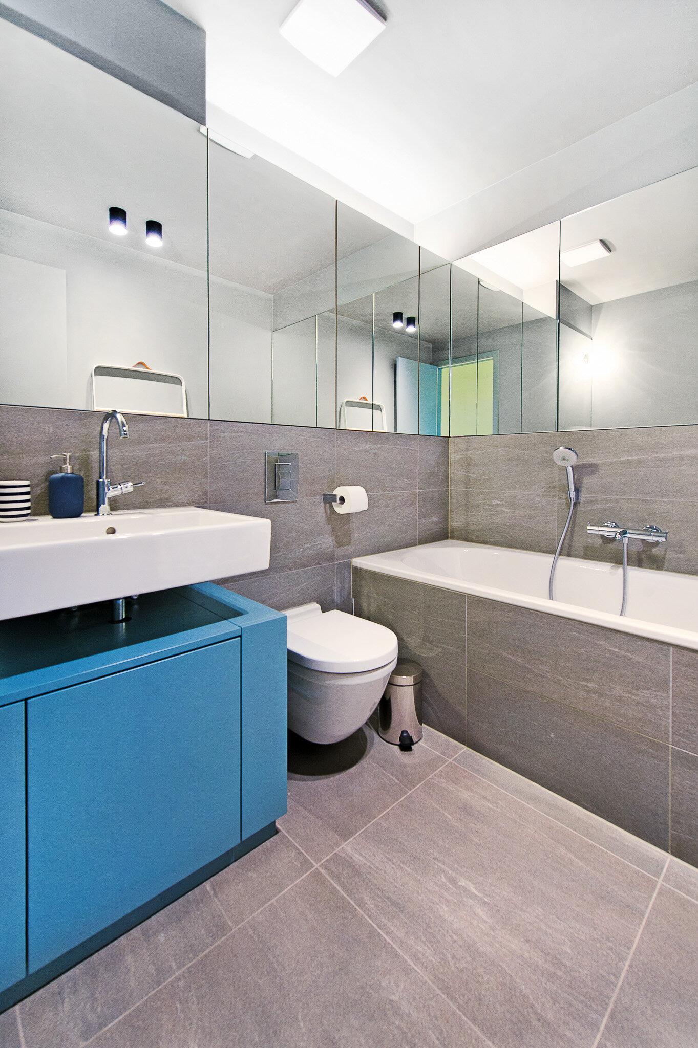 Badezimmer mit umlaufenden Spiegeln