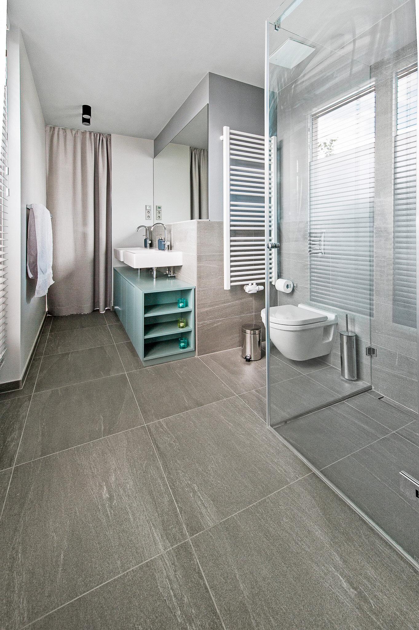 Gästetoilette mit gläserner Duschkabine