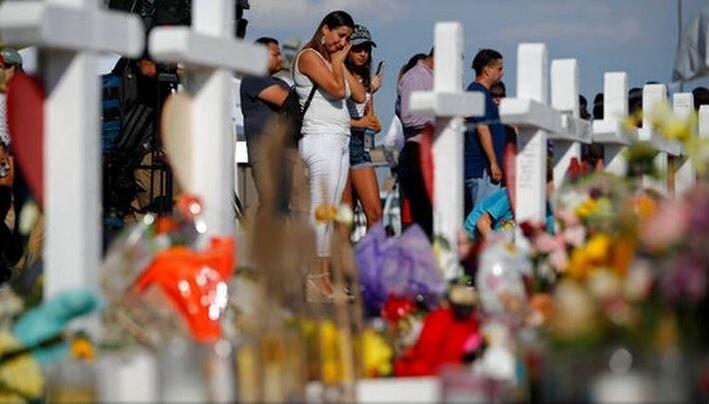 People mourning at a memorial for the victims of the 2019 El Paso Walmart shooting., 6 August 2019,  Source:  Sumida en el duelo, la gente de El Paso no quiere ver a Trump pasar por su pueblo    ruperto miller  from ´panama, panama