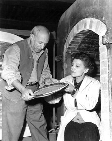 Pablo Picasso and Suzanne Ramie at the Madoura studio, 1946. © Galerie Madoura
