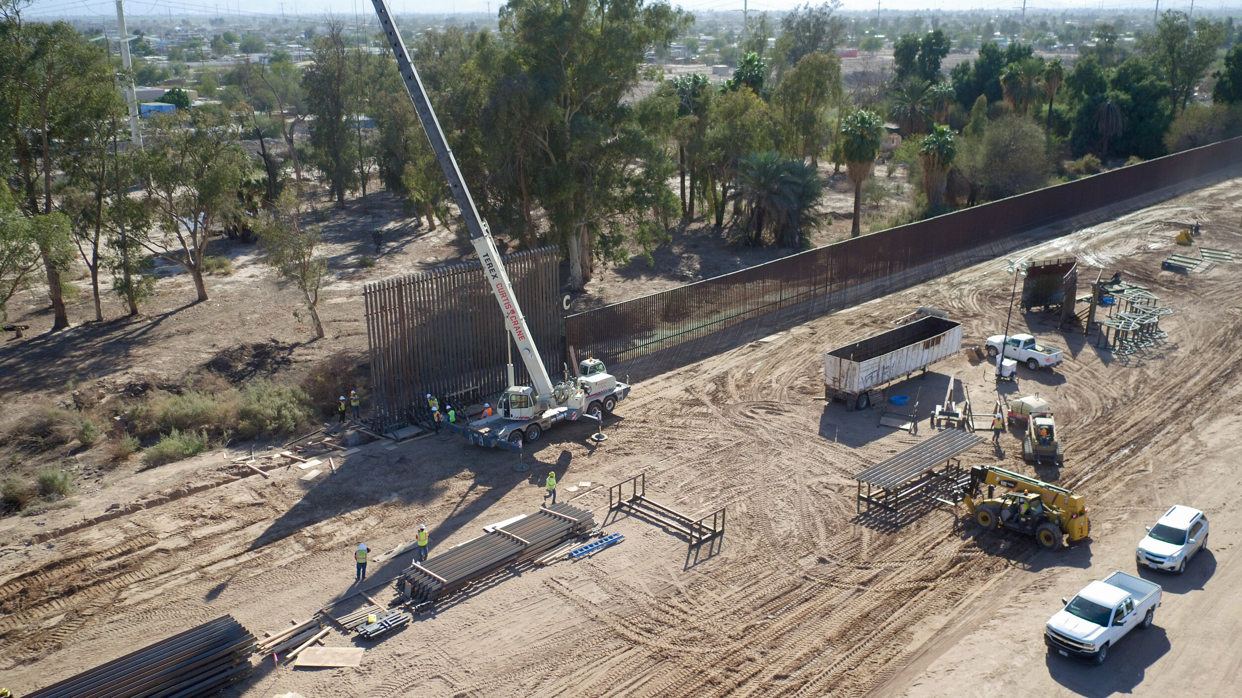 el-centro-border-wall-replacement-project_26665127148_o.jpg