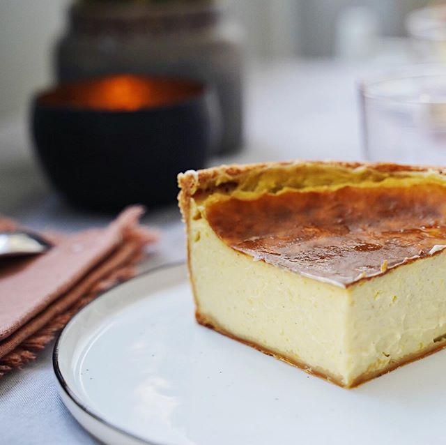 """Le """"FLAN PARISIAN"""" de @dessert_parisian x @boulangerieparisandco . . En exclusivité depuis mercredi pendant 1 semaine // un conseil: appeler la boulangerie avant d'y aller // . . Vous aimez les flans pâtissiers ? Vous l'aimez comment le flan ? . En voyant la story de @pariswithcharlotte, elle m'a vendu du rêve et je savais qu'Adrien aurait eu le même avis. J'ai tout de suite pris mon téléphone pour en réserver un pour ce soir. Il était 15h10 et il n'en restait que 2. Il s'agit d'un flan sans œufs, ce qui lui donne un côté ultra crémeux proche de la texture d'une crème brûlée. On sent bien le goût de vanille. Le côté croustillant de la pâte feuilletée caramélisée donne un côté ultra gourmand à cette petite dinguerie. Il est vrai, que nous ne sommes pas de grands fanas de pâte feuilletée et que l'on préfère un flan avec une pâte sucrée. Mais... On peut vous dire que ce flan est une pure merveille. Bravo @dessert_parisian pour cette tuerie 🔥 Courez-y !!! . . Attention, samedi la boutique sera fermé mais @dessert_parisian a précisé que dimanche il y aurait 2 fois plus de flans ! . . 🏷 Flan 4/6 personnes: 16€ . . Boulangerie Paris and co Convention 4 rue de la Convention 75015 Paris . . . #flan #flanparisien #sansoeuf #flansansoeuf #patisserie #dessertparisian #meilleurflanparisien #coupdecoeur #exclusivite #boulangerieparisandco #pastry #instafood #paris15 #gourmand"""