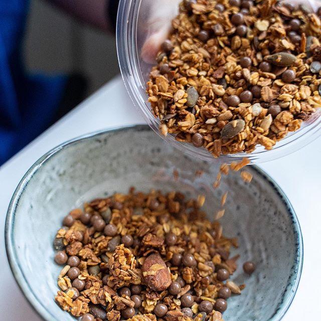 Le granola au chocolat de chez @soulkitchenparis . . . Aujourd'hui c'est l'été ☀️😎 et nous sommes heureux de voir que le soleil arrive enfin ! Pour bien commencer la journée, nous vous présentons le granola si gourmand d'un restaurant/ salon de thé que nous adorons: soul kitchen. Adepte de bons granolas maison, nous parcourons Paris à la recherche de petites perles rares. Ce granola est à déguster sur place ou à emporter. Un granola que vous aimez bien ? Un endroit que vous aimez bien pour aller prendre un bon petit-déjeuner ? . . Prix: À emporter: 7,50€ les 250grs (sur demande) 3 choix de granolas . . Notre avis: Rapport qualité prix correct / un bon granola gourmand que nous vous recommandons. . . . #soulkitchen #petitdejeuner #breakfastparis #granola #granolamaison #chocolat #foodie #foodparis #salondetheparis #paris18 #gourmand