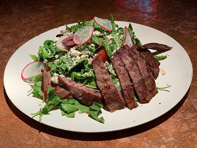 𝐂𝐡𝐞𝐜𝐤 𝐎𝐮𝐭 𝐎𝐮𝐫 𝐒𝐭𝐞𝐚𝐤 𝐒𝐚𝐥𝐚𝐝! 𝖥𝖾𝖺𝗍𝗎𝗋𝗂𝗇𝗀 𝗁𝖾𝗂𝗋𝗅𝗈𝗈𝗆 𝗍𝗈𝗆𝖺𝗍𝗈, 𝖻𝖺𝖻𝗒 𝗋𝖺𝖽𝗂𝗌𝗁, 𝗄𝖺𝗅𝖺𝗆𝖺𝗍𝖺 𝗈𝗅𝗂𝗏𝖾, 𝖺𝗆𝗂𝗌𝗁 𝖻𝗅𝗎𝖾 𝖼𝗁𝖾𝖾𝗌𝖾, 𝖺𝗋𝗎𝗀𝗎𝗅𝖺, 𝗀𝖺𝗋𝖻𝖺𝗇𝗓𝗈 𝗐𝗂𝗍𝗁 𝖺 𝖻𝖺𝖼𝗈𝗇 𝗏𝗂𝗇𝖺𝗂𝗀𝗋𝖾𝗍𝗍𝖾! 𝘛𝘩𝘦 𝘣𝘦𝘴𝘵 𝘰𝘧 𝘣𝘰𝘵𝘩 𝘸𝘰𝘳𝘭𝘥𝘴—𝘭𝘦𝘢𝘧𝘺 𝘨𝘳𝘦𝘦𝘯𝘴 🥬 𝘢𝘯𝘥 𝘱𝘳𝘪𝘮𝘦 𝘣𝘦𝘦𝘧 🥩. • • • #randolphtavern #randolphtavernchicago #chicagoeats #foodphotography #foodporn #marketspecial #taverncollective #foodie #foodstagram #yum #chicagofoodgoals #chicagodining #eatme #foodspecials #taverncollective #steak #steaksalad