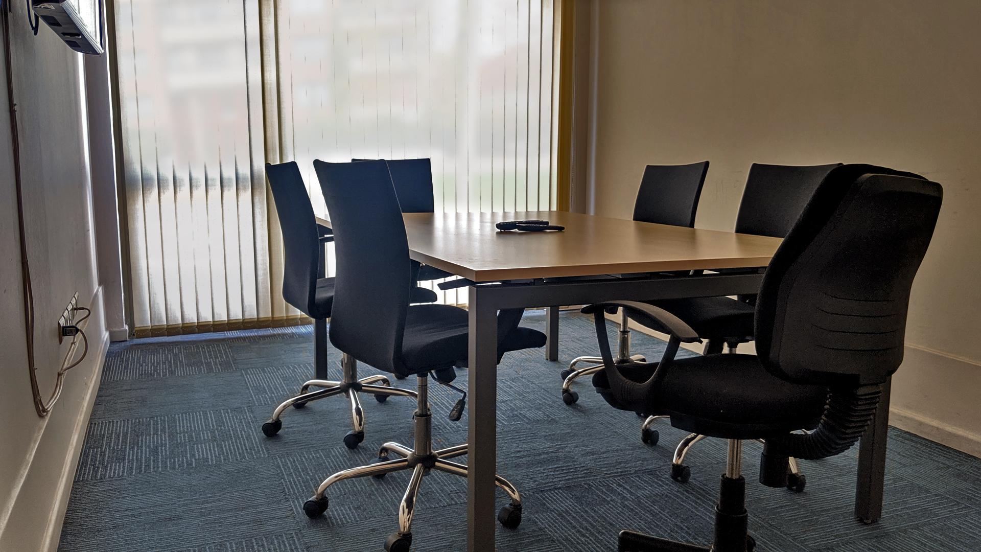 Sala de reuniones principal. Pizarrón, pantalla, proyector, 8 personas, salida independiente.