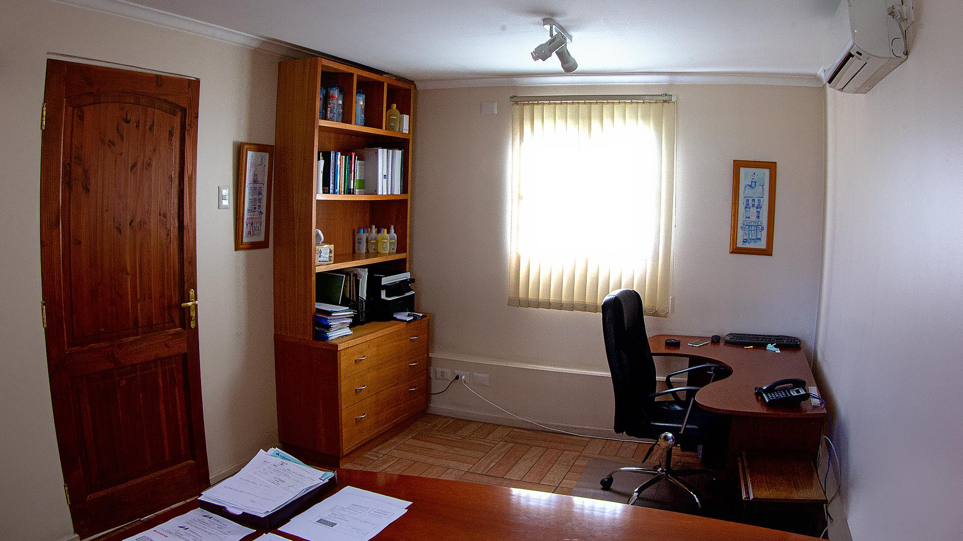 Oficina en segundo piso, 14 m2, orientación norte y sur.