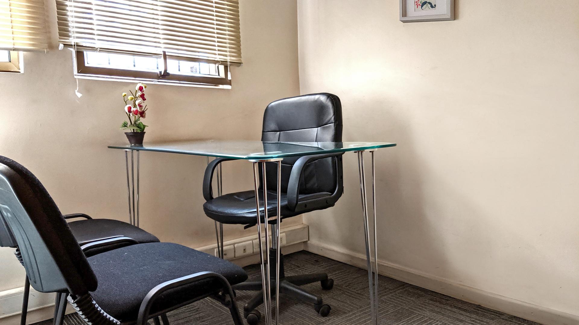 Sala de entrevistas, en primer piso.