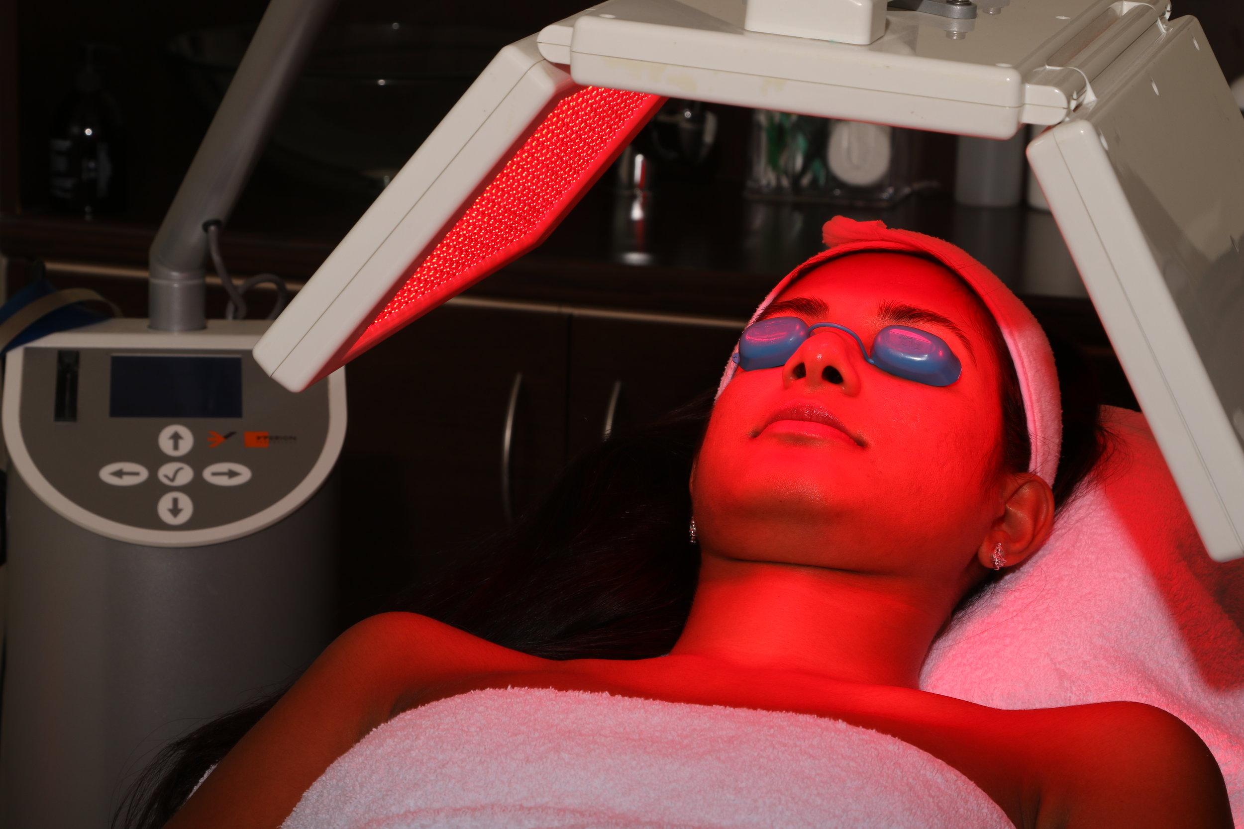 LED - Luminothérapie (Elle & Lui) - Théra-Beauté conseille cette technique afin d'obtenir d'excellents résultats pour le traitement des ridules, patte d'oie, synthèse de collagène, effet tenseur, peau sensible au rouge, rougeurs diffuses, peau acnéique, excès de sébum, peau inflammatoire, relaxation, bien être.