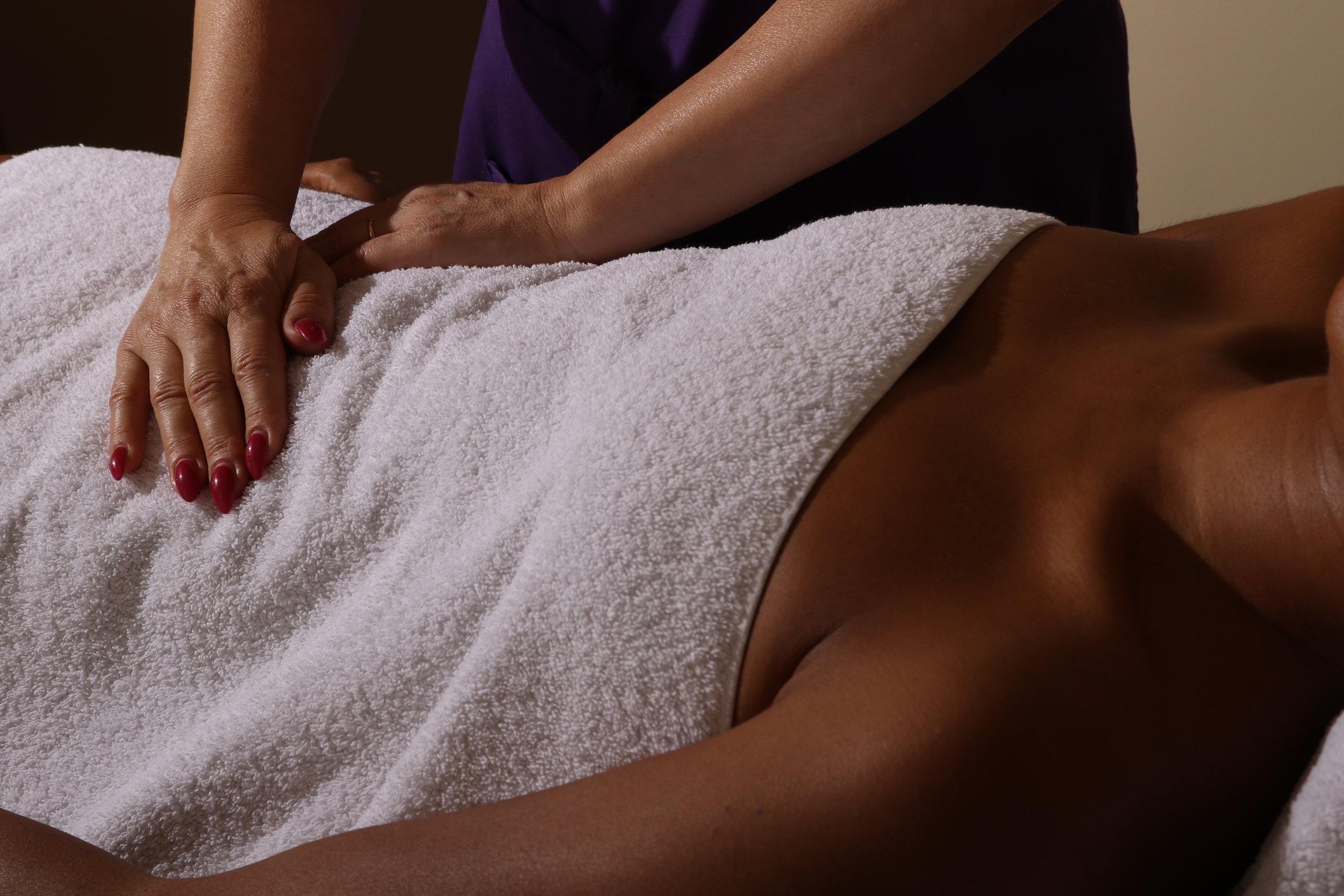 Reiki - Le Reiki est une forme de thérapie alternative communément appelée guérison énergétique. Elle est apparue au Japon à la fin des années 1800 et on dit d'elle qu'elle implique le transfert d'énergie universelle des paumes de la main du praticien à son patient, elle s'appuie sur le champ vibratoire de ce dernier.