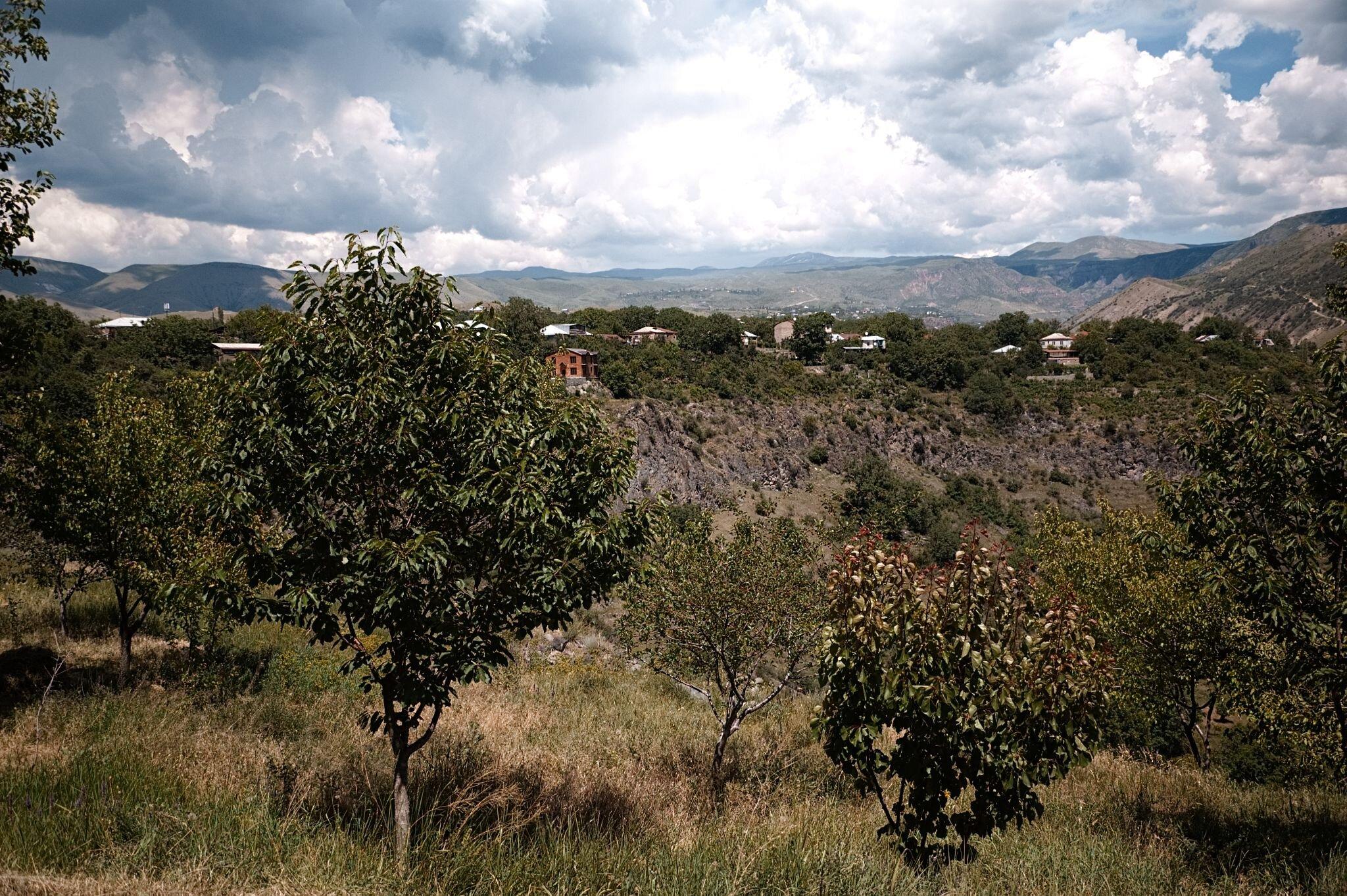 Raue Landschaft mit Häusern im Hintergrund