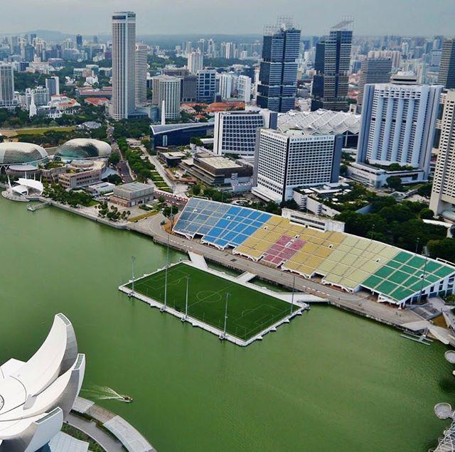Terrain offshore. 📍Marina Bay (Singapore) 🥅⚽🏟 . . . . . . . . . . . . . . #lestreet #streetlife #foot5 #footindoor #5vs5 #6vs6 #beauchamp #valdoise #valdoise95 #footballskills #sportvaldoise #footensalle #futbolsintetico #pitchhunters #urbanfoot #futsal #streetsoccer #pitchperfect #futbolsala #futbolfotos #footballtime #footballpitch #indoorsoccergame #footballfield #marinabaysingapore
