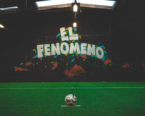 "Le terrain ""El Fenomeno"". ⚽🥅🏟 . . . . . . . . . . . . . . #lestreet #streetlife #foot5 #footindoor #5vs5 #6vs6 #valdoise #footensalle #futbolsintetico #pitchhunters #urbanfoot #futsal #streetsoccer #pitchperfect #futbolsala #futbolfotos #footballtime #footballpitch #indoorsoccergame #stagedefoot #ecoledefootball #ronaldo9 #r9 #onlyoneronaldo #ronaldonazario #ronaldofenomeno #elfenomeno"