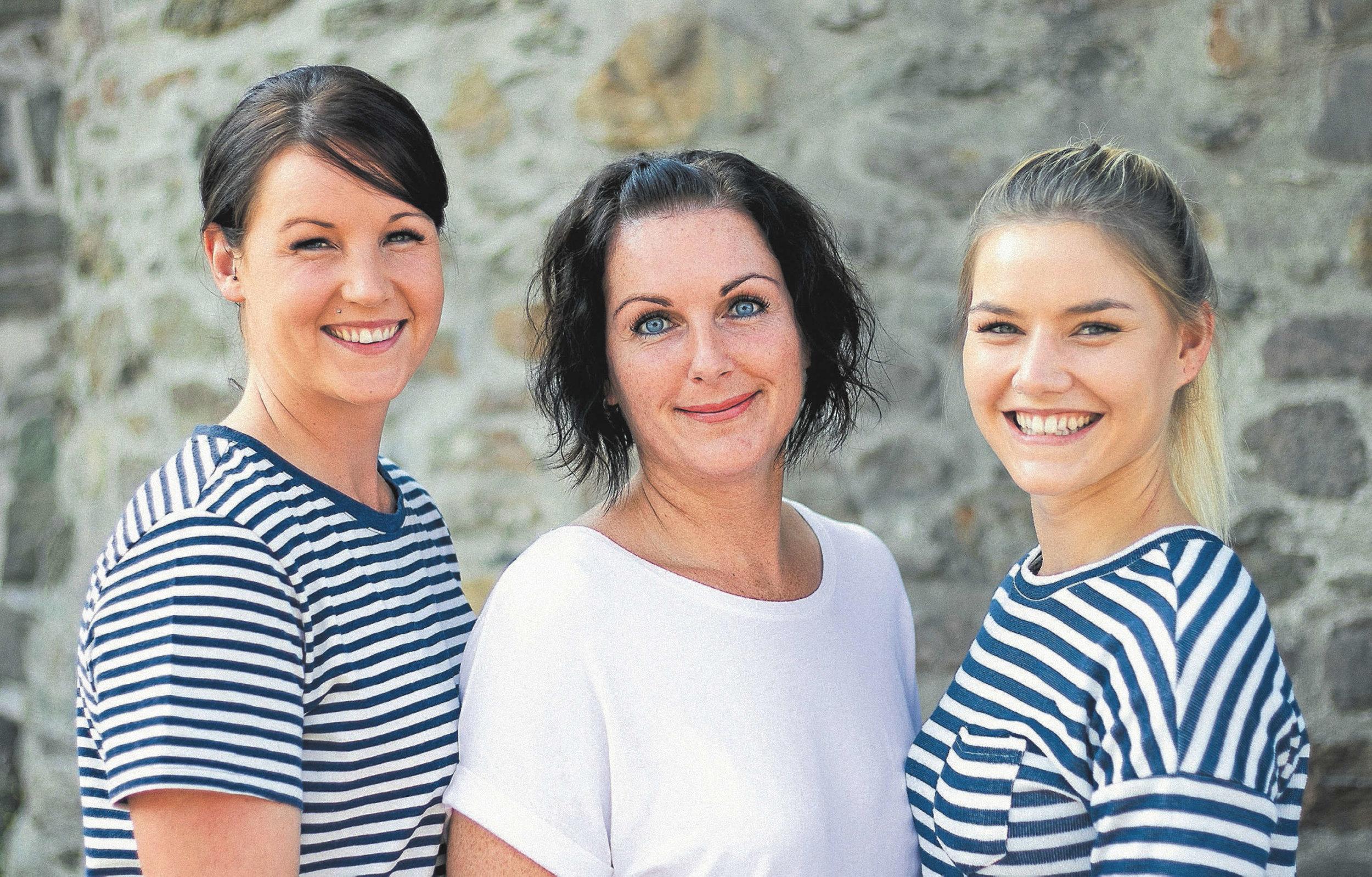 Mit ihren Mitarbeiterinnen Mariola Scheliga (mitte) und Selina Pfitzner (rechts) hat Daniela Elsner (links) das Fachzentrum zu einer Topadresse für Schönheit und Wohlbefinden ausgebaut .     Foto: pr