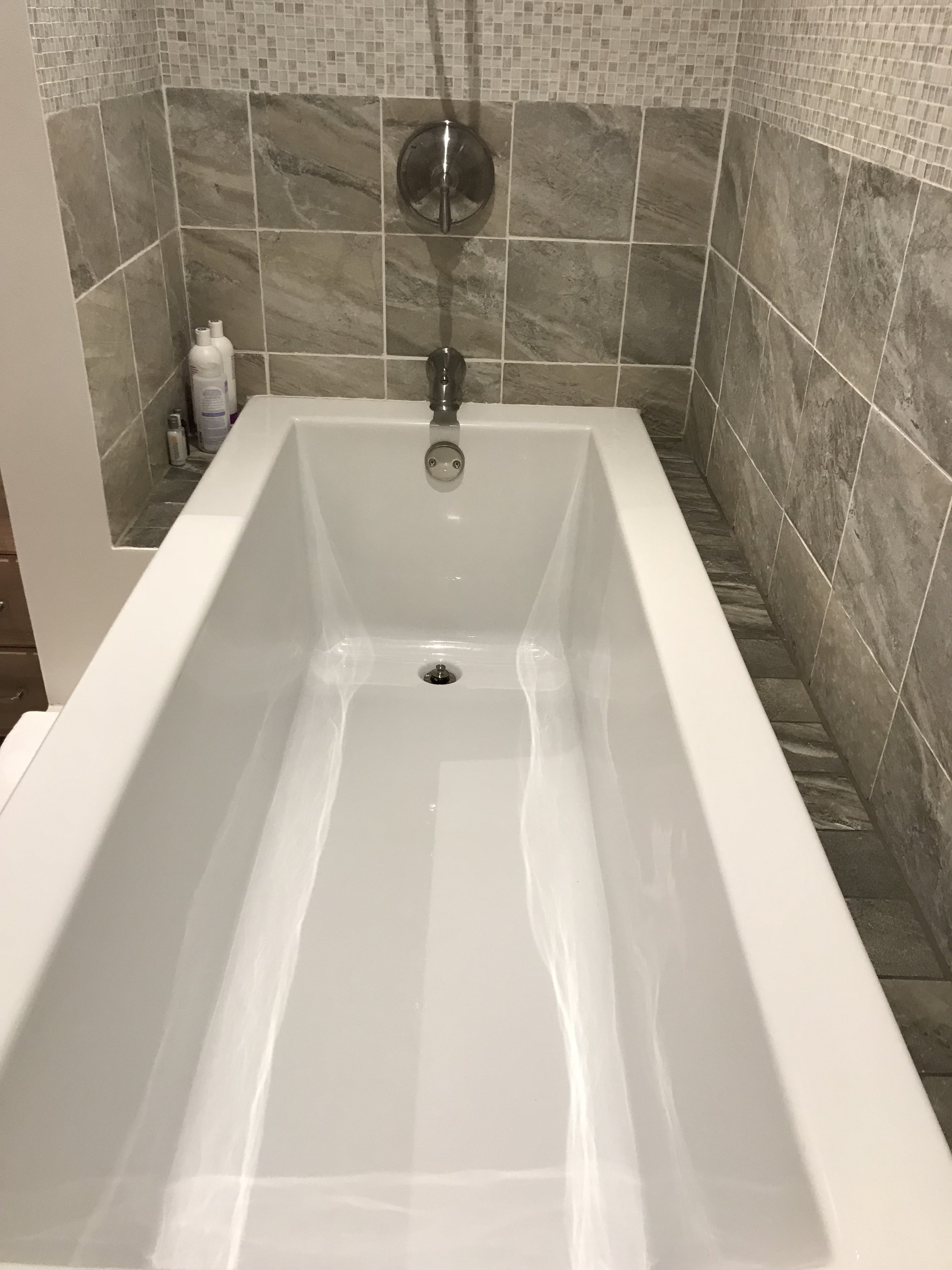 Bathtub in guest room 2 (family room)