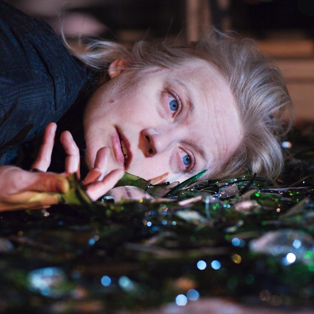 Henna Kaikula - Sirkustaiteilija Henna Kaikula yhdistää töissään monipuolisesti ja kiinnostavalla tavalla nykysirkusta, visuaalista, sanallista ja fyysistä teatteria, notkeusakrobatiaa, koreografiaa ja improvisaatiota. Kansainvälisillä kentillä työskennellyt Henna on toinen Seasons of Silencen taiteellisista suunnittelijoista.Kuva Sivuhenkilöt-esityksestä: Heli Sorjonen