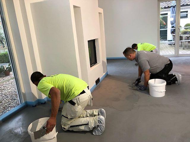 Steg 4-6 i Falsterbo  Finspackling Keramiko Det är viktigt att det blir en fin struktur i golvet och därför bör man beroende på golvets storlek vara 2-3 personer som spacklar. De byter plats under arbetets gång för att få variation i strukturen.  Mellan de två finspacklingarna och första lacken slipas golvet.  På de sista bilderna är golvet lackat & klart.  www.emzondesign.se  #emzon_design #savamea #savamea_norden #savamea_sol_luna #savamea_rustiko_keramiko #savamea_metallico #microcement