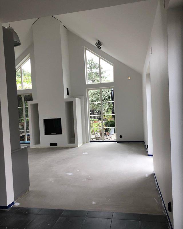 Unika designgolv som ger ditt hem en lyxig touch!  Swipa för att se resultatet av ett gediget hantverk!  www.emzondesign.se  #emzon_design #savamea_norden #savamea_sol_luna #savamea_rustiko_keramiko #microcement #renovering