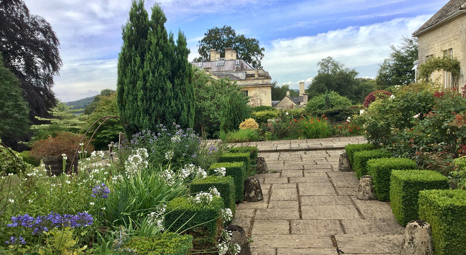 ONE OF MANY BEAUTIFUL HERITAGE GARDENS IN THE COTSWOLDS