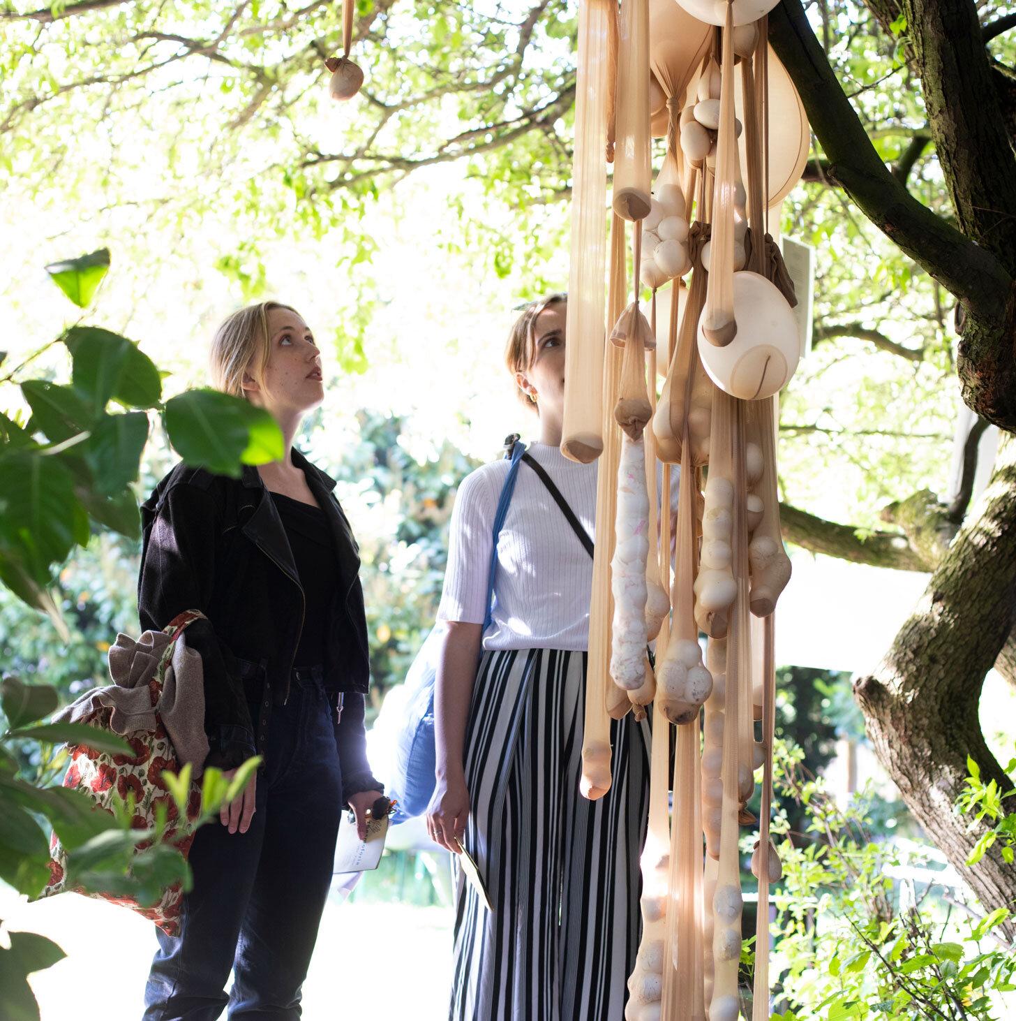 Kunstfestivalen Thesmoforia forløb over tre dag, hvor hele villaen (og haven) blev brugt som udstillingsrum for kunst skabt af en række spirende, nye talenter.