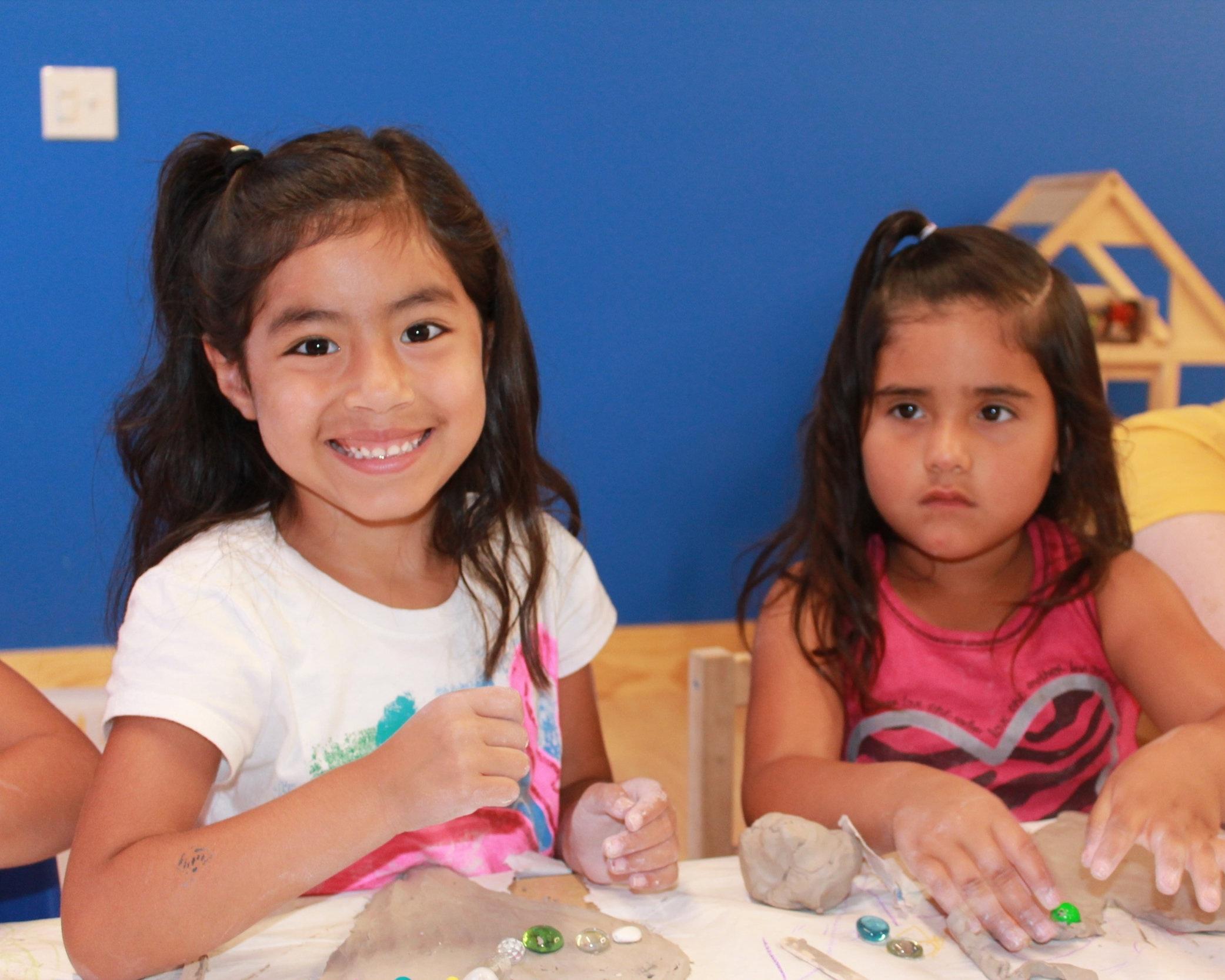Descripción de foto: Niñes haciendo actividades de arte en la guardería Montessori.