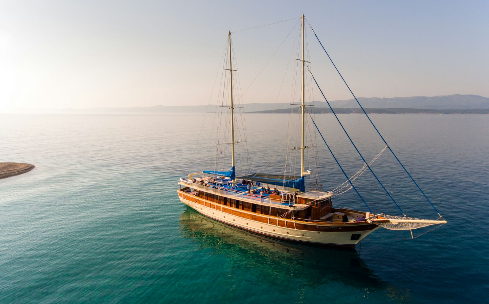 GULET TAJNA MORA  LOA: 31,00m / 101,70ft  GUEST CABINS: 4 Double, 5 Twin  MAX. NUMBER OF GUESTS: 18