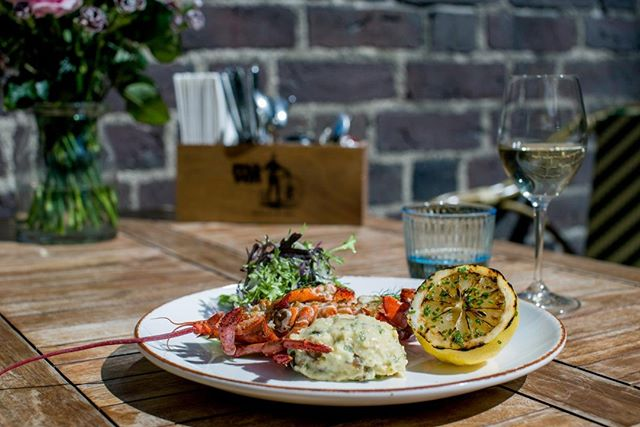 We are reaching the final days of @cphjazz and we look back on some great koncerts in our court yard. 🎷 .  We still have 3 nights with sweet tones - so if you're looking for a great way to enjoy Copenhagen Jazz Festival, come dine and dance with us! We have a great summer menu waiting for you. ☀️ . #restaurantmaven #copenhagenjazzfestival #jazz #lobster #summerdining #seafood #copenhagen #festival #nikolajplads #summermenu #musicanddinner #københavn #visespåmaven