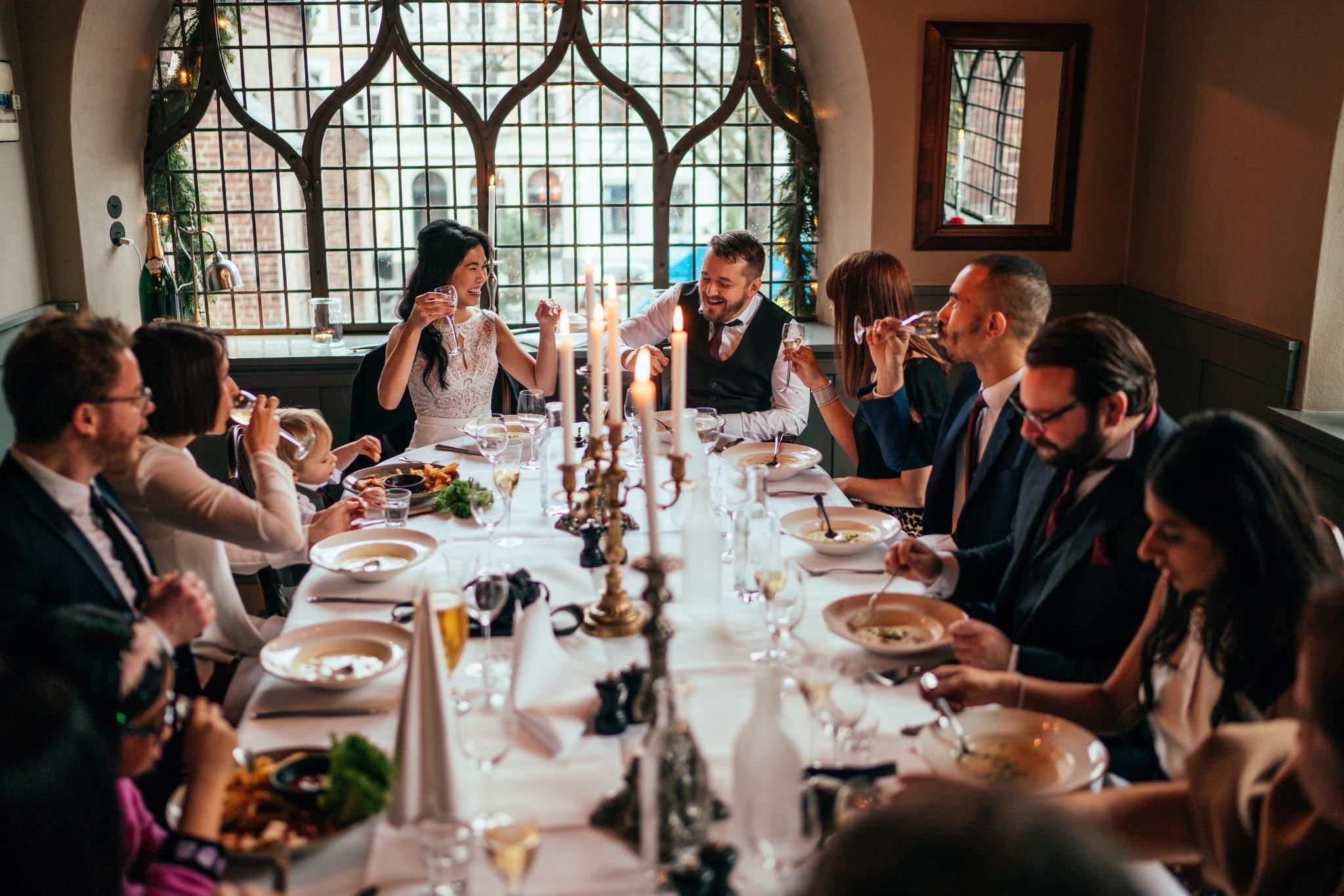 Bryllup - Med vores romantiske og historiske lokaler er 'Maven – Restaurant & Vinbar' et oplagt valg, når I skal fejre jeres bryllup. Vi kan sætte unikke rammer for den helt private bryllupsmiddag for de nærmeste – og op til 50 gæster.Lad os vejlede jer trygt frem til en enestående dag. Ønsker I bryllupskage efter middagen samarbejder vi med La Glace - se mulighederne for bryllupskage her.Kontakt os pr. mail: maven@restaurantmaven.dk eller telefon: 3220 1100.