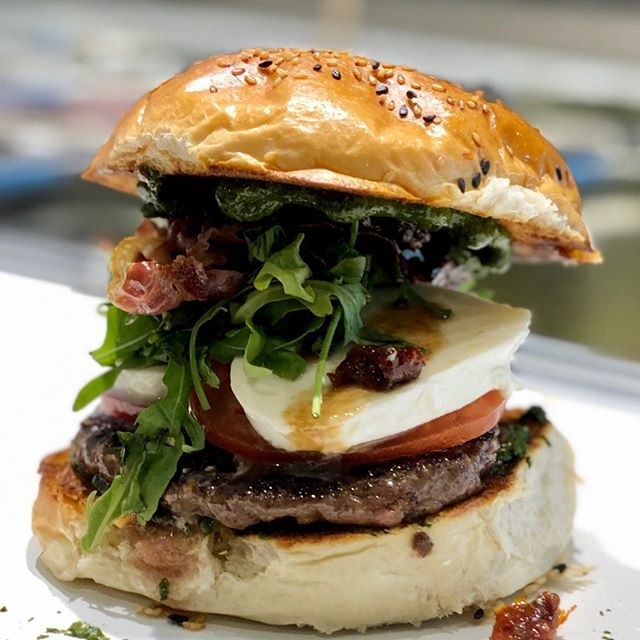 "B E L L A  I T A L I A 🇮🇹👌🏼 . . 🍔 Hauptstadt-Spezial ""Rom"" . #hauptstadtburger #willstdubeefoderwas #bestewogibt #fresh #homemade #premium #burger #daily #grinded #beef #berlin #richtigguteszeug #foody #tasty #juicy #foodporn #pesto #mozzarella #prosciuttodiparma #burgers #brgrs #berlinfood #mallofberlin #eastsidemall #berlineroriginal"