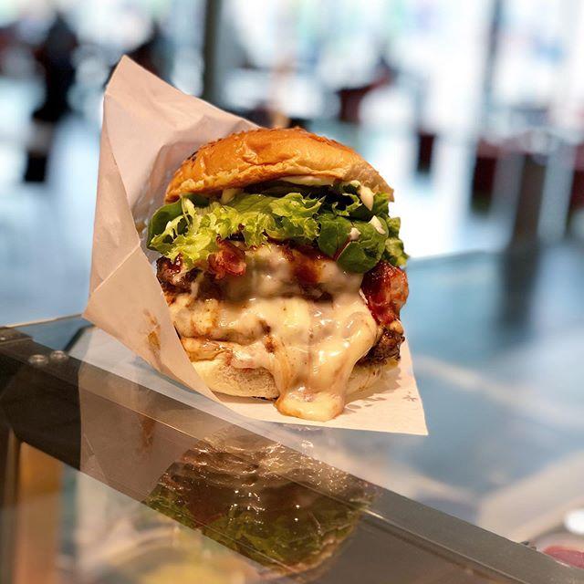 🧀L Ä U F T . . . #hauptstadtburger #newstuffontheway #willstdubeefoderwas #bestewogibt #fresh #homemade #premium #burger #daily #grinded #beef #berlin #richtigguteszeug #cheese #bacon #melting #foody #tasty #juicy #foodporn #läuft #burgers #brgrs #berlinfood #mallofberlin #eastsidemall #berlineroriginal