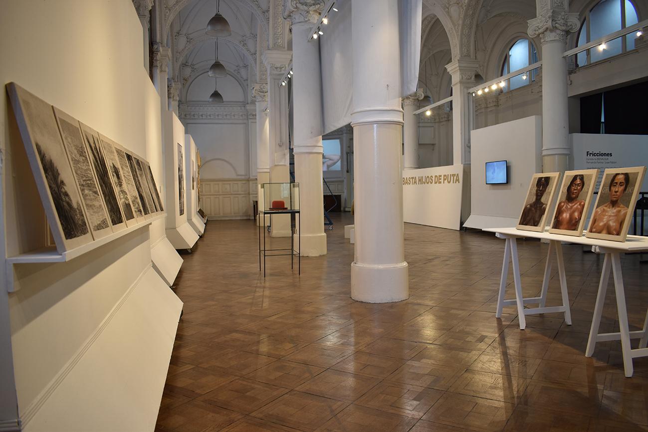 """Vista de instalación.  Exposición """"Fricciones"""" de BienalSur.  Centro Cultural Paco Urondo de la UBA, Buenos Aires, Argentina"""