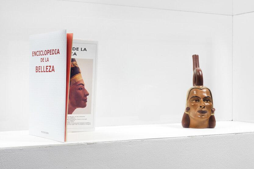 Díptico Historia de la Belleza. Libro por Claudia Coca y Huaco Retrato por Susana Torres. Piezas de la exposición  Peruvian Beauty: Centro de Estéticas  de Torres y Coca, 2004.