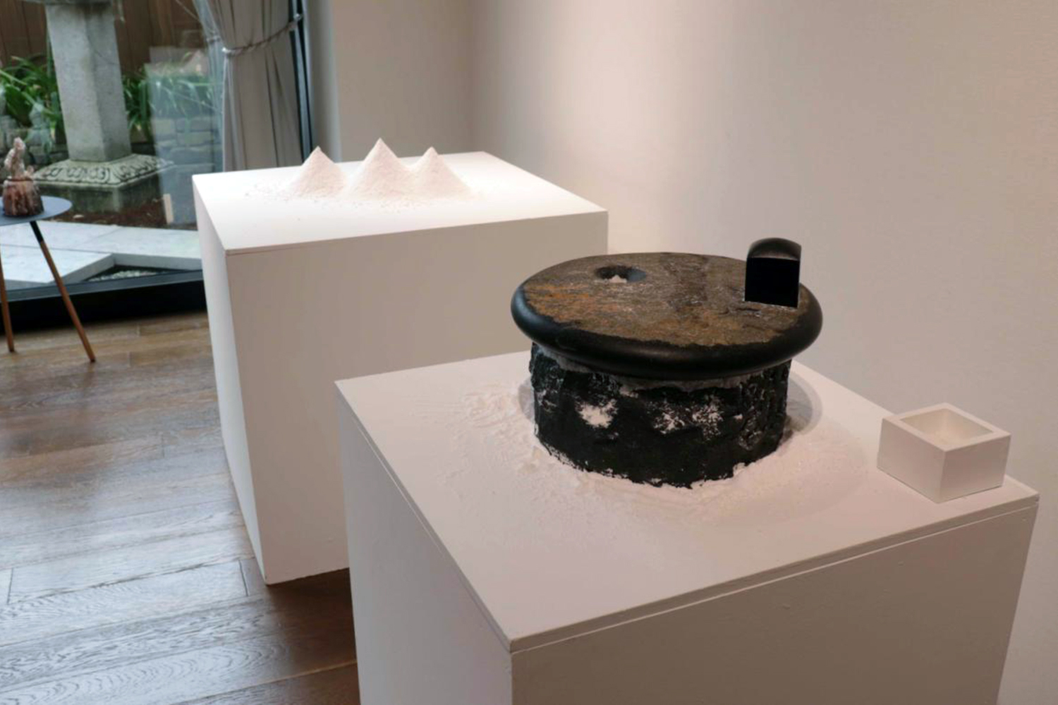 Image2  The Scent of Time  exhibited at Shoyeido Gallery, Kyoto (2019) Swedish black granite, rock salt