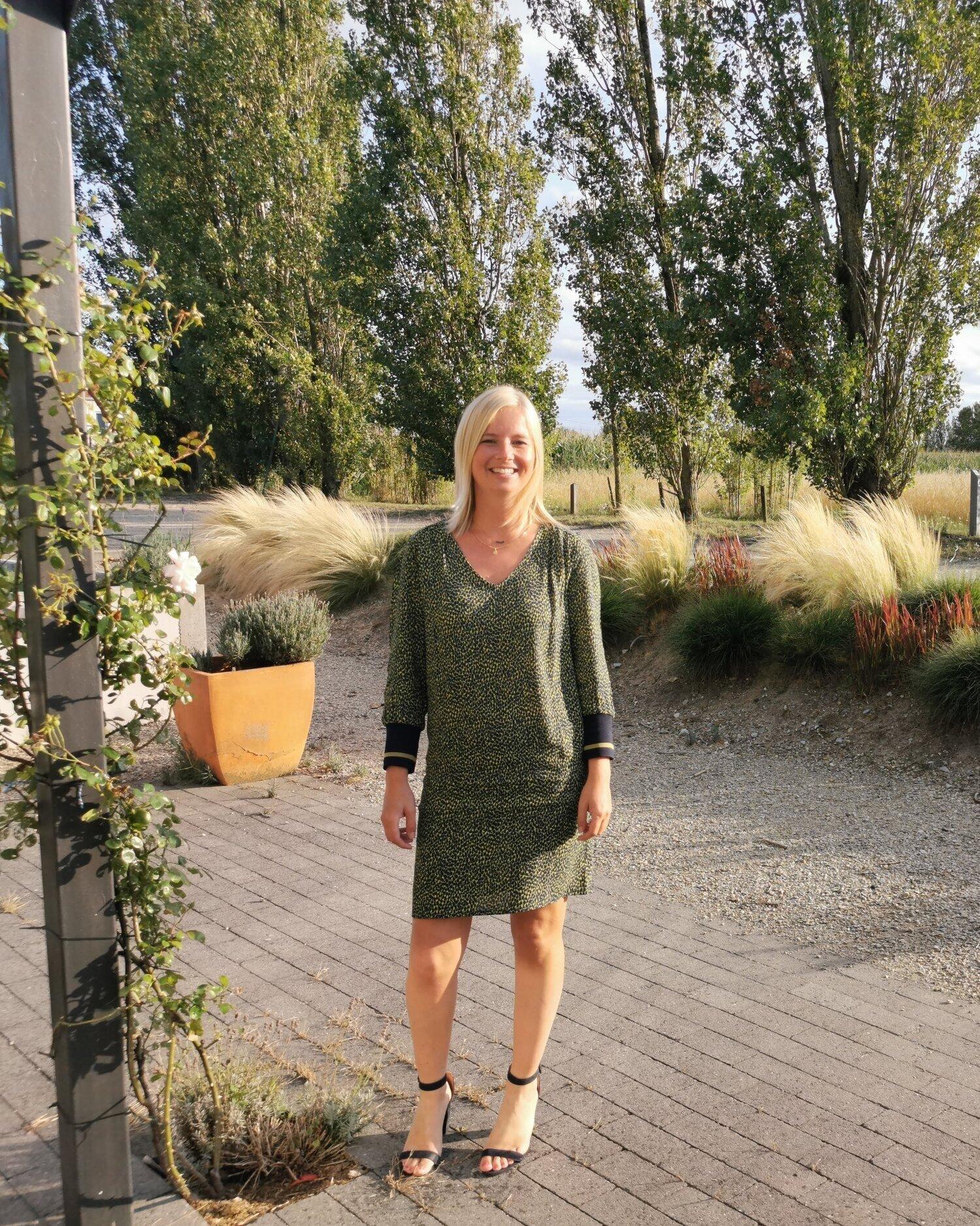 """- Mijn naam is Sarah De Broe, ik ben master in de logopedie en ben tevens de coördinator van deze praktijk. Tijdens en na mijn studies deed ik ervaring op in een school voor buitengewoon onderwijs, ziekenhuizen en rusthuizen en in groepspraktijken. Al snel kriebelde het om mijn eigen groepspraktijk op te richten. In 2013 kreeg ik deze kans en richtte ik """"Groepspraktijk Het Veld"""" op in het mooie, rustige Vissenaken.Gaande weg specialiseerde ik me als logopediste vooral in leerstoornissen (dyslexie, dyscalculie,…) en taal- en articulatiestoornissen bij kinderen. Ook deed ik heel wat ervaring op in het behandelen van volwassenen en ouderen met neurologische spraak-, taal- en slikproblemen. Nog steeds school ik me geregeld bij om bij te blijven met de nieuwste technieken en therapievormen. Hieronder vindt u een lijst van de bijscholingen en opleidingen die ik volgde.Ik hecht veel belang aan een goede samenwerking met scholen, artsen en andere betrokken partijen.Samen met de patiënt ga ik op zoek naar de meest geschikte werkwijze. Zodat we samen de best mogelijke resultaten in de wacht kunnen slepen.Neem een kijkje op de volgende pagina's en ontdek hoe ik u kan verder helpen.Bijscholingen en opleidingen:""""Leesvaardigheid bij kinderen verhogen"""" (Willewete)""""Therapiemateriaal bij ontwikkelingsdysfasie""""(Sig) """"Typ10 Traininscursus"""" (C&Explore) """"Slikproblemen bij volwassenen"""" (HO.Gent)*Workshop: """"Positionering slikpatiënten en het gebruik van specifieke                  hulpmiddelen bij de maaltijdbegeleiding.""""* Workshop: """"Slikmanoeuvres"""" """"Communicatie bij personen met dementie"""" (Thomas More)Workshop: """"Cleverkids"""" (Eureka)Intensieve opleiding: """"Lees- en spellingscoach"""" (Eureka) """"Ontwikkelingsdysfasie"""" (Sig) """"Fonetische en fonologische articulatietherapie"""" (Sig)""""Het gehoor beoordeeld"""" (Associatiesymposium Katholieke Universiteit Leuven)""""Communicatieproblemen bij personen met intellectuele beperkingen"""" (Katholieke Universiteit Leuven)Workshop: """"Proeven van stempraktijk"""" (K.U.Leuv"""