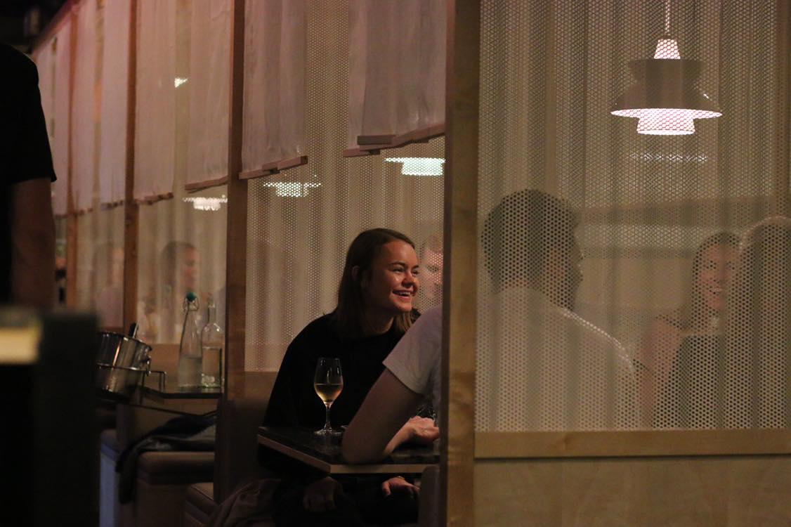 HITCHIKKER   Nyoppussede Hitchhiker står klar til å ta dere imot med deres vri på  gatemat fra alle verdens hjørner. Restauranten har mulighet for intime julebord på inntil 6 personer i båser, 16 personer ved Chefs table eller større grupper foran kjøkkenet. Vår nye bar fungerer også perfekt til en drink før eller etter middagen  Les mer  her