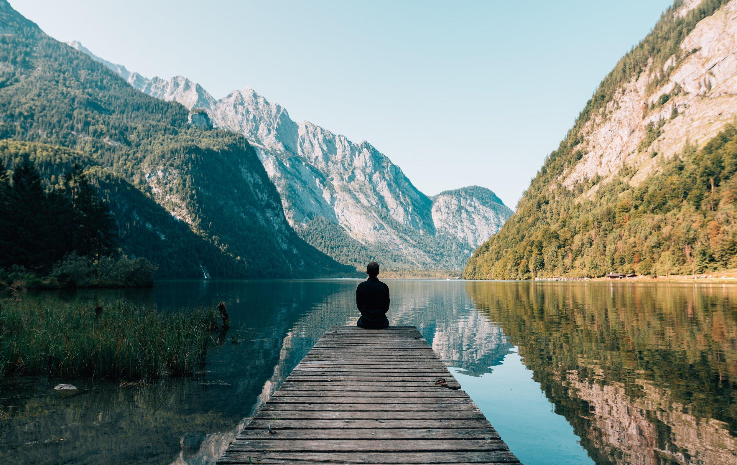 Modul 2 - Wasser - Das Element Wasser steht für unsere Gefühlswelt, unsere Emotionen. Um uns mit unseren Gefühlen zu verbinden, wollen wir in dieser Woche stiller und sanfter werden. Durch Meditation wollen wir unsere Achtsamkeit uns selbst gegenüber erhöhen und erkennen, warum unsere Gefühle so wichtig sind und warum wir sie so stark beschützen, dass wir sie manchmal gar nicht mehr spüren.