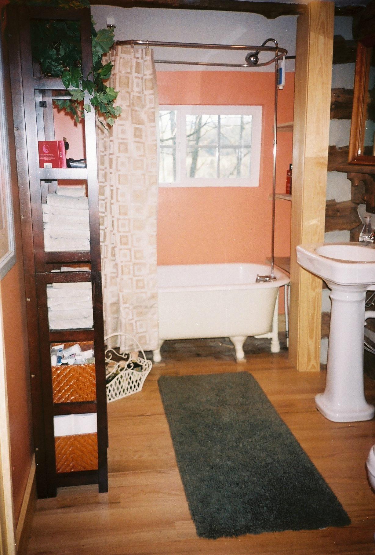 Antonia Albano Retreat   Stone Cutters Cabin   Bathroom.jpg