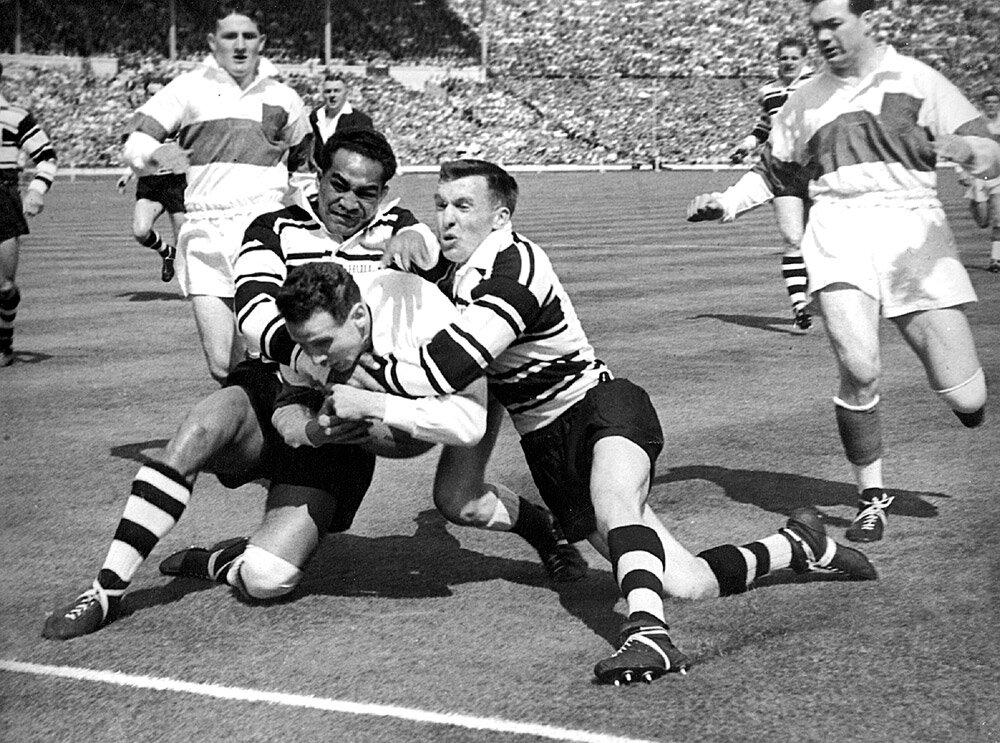 - Dans les années 1960, le jeu a été radicalement modifié par l'introduction d'une ligue de rugby à tacle limité - au lieu qu'un côté garde le ballon aussi longtemps qu'il le pouvait, les équipes n'avaient plus que quatre, puis six tacles pour marquer avant de devoir abandonner le contrôle du ballon.