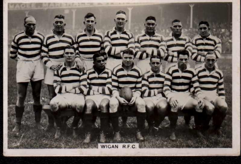 - Beaucoup d'autres clubs ont suiviMalgré le fait que la RFU a interdit à vie toute personne qui jouait dans une ligue de rugby. Le professionnalisme a été légalisé et le rugby a été rendu plus attrayant à jouer et à regarder. En 1906, de nombreuses équipes passent de quinze à treize et le jeu de la balle a remplacé la mêlée et le maul.Le premier match de la ligue internationale de rugby a eu lieu à Wigan en 1904, lorsque l'Angleterre s'est inclinée 9-3 face à une équipe appelée