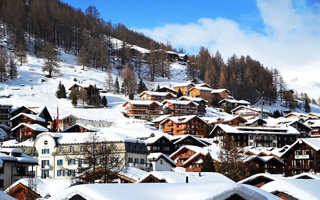 Never too early to plan for Christmas' vacation ❄️☃️ Discover Saas-Fee, a lovely village in Switzerland with great luxurious hotels and chalets, close from many ski lifts 🇨🇭⛷❄️ #swiss #switzerland #switzerland🇨🇭 #village #swissvillage #cozyvillage #christmas #snow #ski #snowboarding #montecarlotravel1985 #snowyvillage #hollidays #christmashollidays #december #newyeardestination #winterdestination #winter #nature #picoftheday #luxurylife #luxurylifestyle #luxuryvacations #luxuryhotels #christmasinstyle #vacation #vacationgoals
